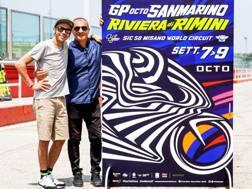 Valentino Rossi, Aldo Drudi e il poster del GP di San Marino.