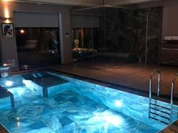 La piscina interna nella villa in cui risiede l'argentino. Clarin