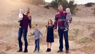 La famiglia Miller pochi mesi fa. Emeline è in braccio alla mamma