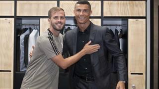 Miralem Pjanic con Cristiano Ronaldo. Getty
