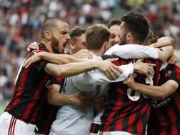 Il Milan festeggia il 6° posto finale in A dopo la vittoria sulla Fiorentina. Ap