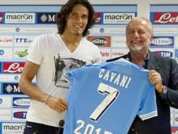 Edinson Cavani con Aurelio De Laurentiis ai tempi dell'avventura con il Napoli. Ansa