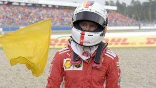 Sebastian Vettel deluso torna ai box dopo il ritiro. Ap