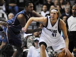 Dirk Nowitzki in maglia Dallas, qui nel 2009 AP