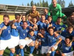 Il gruppo dell'Italia Under 19 festeggia la qualificazione in semifinale dopo la sfida con la Norvegia