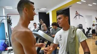 Tra maschere e sorrisi: ecco il primo giorno di Cristiano Ronaldo da bianconero