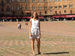 Elena Vallortigara in Piazza del Campo a Siena