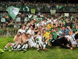 I giocatori dell'Avellino che festeggiano l'ultima salvezza in Serie B LAPRESSE