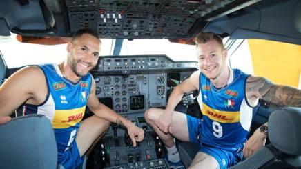 Osmany Juantorena, 33 anni, e Ivan Zaytsev, 29, nella cabina di pilotaggio di un aereo a Malpensa