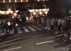 L'attesa dei tifosi del Milan per Gonzalo Higuain, 30 anni, davanti al Westin. A. Russo