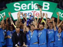 Manuel Pasqual alza la coppa per la promozione in Serie A dell'Empoli il 18 maggio 2018. LaPresse