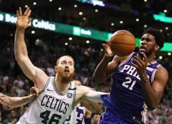 Joel Embiid, 24 anni, centro camerunese dei Philadelphia 76ers, in azione durante gli ultimi playoff NBA AFP