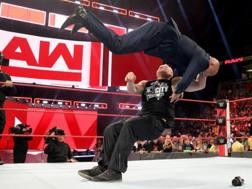 Brock Lesnar attacca Kurt Angle