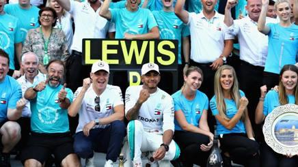 Lewis Hamilton (al centro) trascinatore Mercedes. Getty