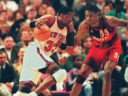Pat Ewing , nato il 5 agosto 1962, in maglia Knicks, contro Dikembe Mutombo degli Hawks AFP
