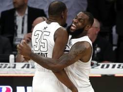 Kevin Durant e LeBron James si ritroveranno il 25 dicembre. Ap
