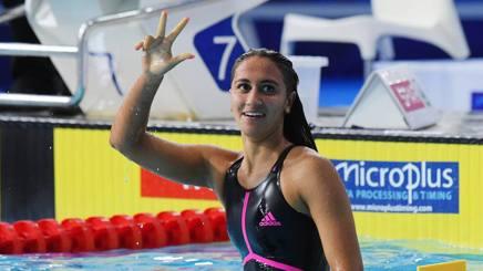 Simona Quadarella, 19 anni, romana, indica con le dita le tre medaglie d'oro vinte agli Europei di Glasgow LAPRESSE