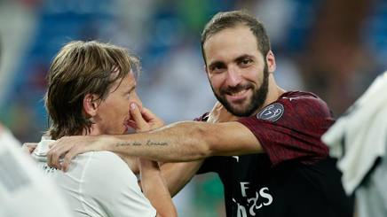 Gonzalo Higuain con Luka Modric. Getty