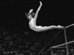 Montreal 1976: la 14enne Nadia Comaneci vince l'oro alle parallele. Ap