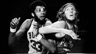 Bill Walton in maglia TrailBlazers, in azione contro Lew Alcindor (poi Jabbar) dei Milwaukee Bucks nel 1977 AP