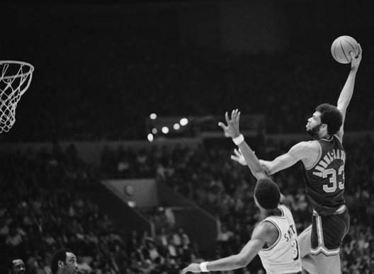 Kareem Abdul Jabbar in azione contro i Lakers in maglia Bucks durante la stagione '73-74 AP