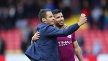 Sergio Aguero, 30 anni, con un fan. GETTY