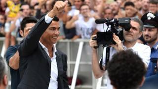 Ronaldo, debutto da star a Verona. Tutti i flash solo per lui