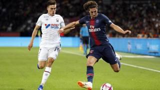 A destra, Adrien Rabiot, 23 anni, centrocampista francese del Psg. Epa