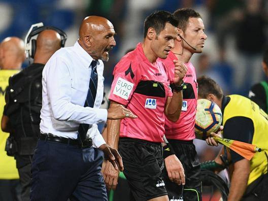 Luciano Spalletti a colloquio con l'arbitro Mariani. Getty Images