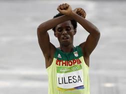 Feyisa Lilesa al traguardo della maratona di Rio AFP