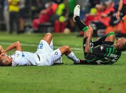 Miranda e Boateng a terra durante Sassuolo-Inter. LaPresse