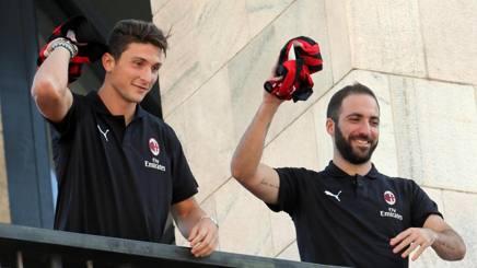 Mattia Caldara e Gonzalo Higuain. Ansa