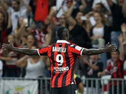 Mario Balotelli, 28 anni, esulta davanti ai tifosi del Nizza. Afp