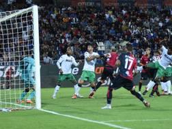 Una delle azioni del match alla Sardegna Arena. Lapresse