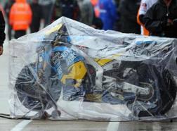 La moto di Thomas Luthi protetta dalla pioggia. Epa