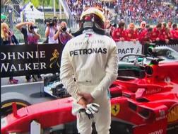 """Lewis Hamilton """"studia"""" la Ferrari dopo il GP del Belgio"""