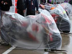 Le moto coperte in pit lane a Silverstone. Epa