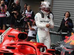 Hamilton osserva incuriosito la Ferrari dop il GP di Spa. LaPresse