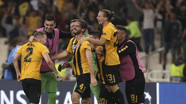 L'esultanza dei giocatori dell'Aek Atene. AP