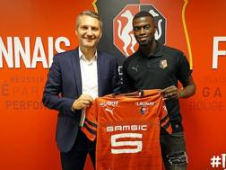 M'Baye Niang posa con la maglia dello Stade Rennais. Fonte: staderennais.com
