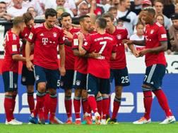 I giocatori del Bayern festeggiano il momentaneo 1-0 sullo Stoccarda. Epa