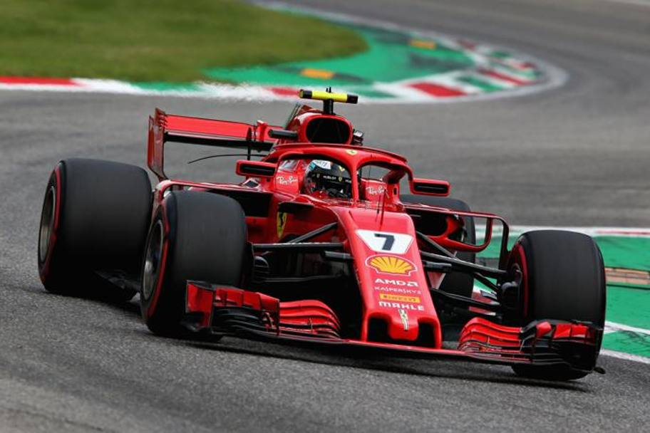 Kimi Raikkonen sfreccia in pista. Getty