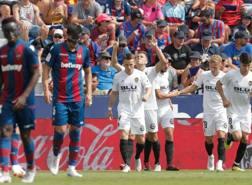 I giocatori del Valencia festeggiano il gol del pareggio. EPA