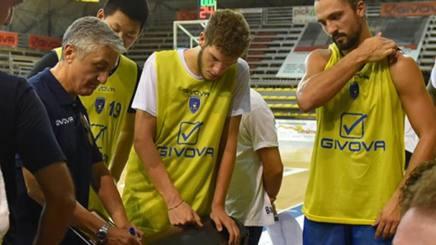 Marco Calvani, coach di Scafati, durante un allenamento