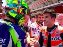 La stretta di mano fra Marquez e Rossi dopo il GP di Catalogna 2016. Ansa