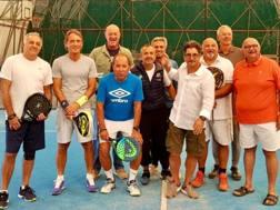 Roberto Mancini immortalato con i compagni di una vita al Tennis Club Aeroporto di Bologna. Gazzetta