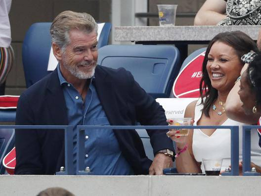 Pierce Brosnan sorride durante la finale donne degli Us Open. Epa