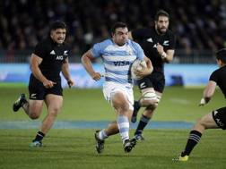 L'argentino Agustin Creevy circondato da Codie Taylor, Sam Whitelock e Ben Smith (da sinistra) degli All Blacks. AP