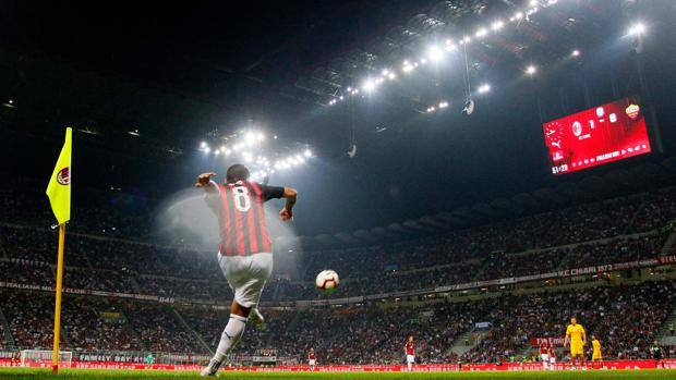 The splendid setting of the San Siro stadium during Milan-Rome (in the foreground Suso). Lapresse