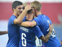 Gli azzurrini festeggiano il gol di Dimarco. Lapresse